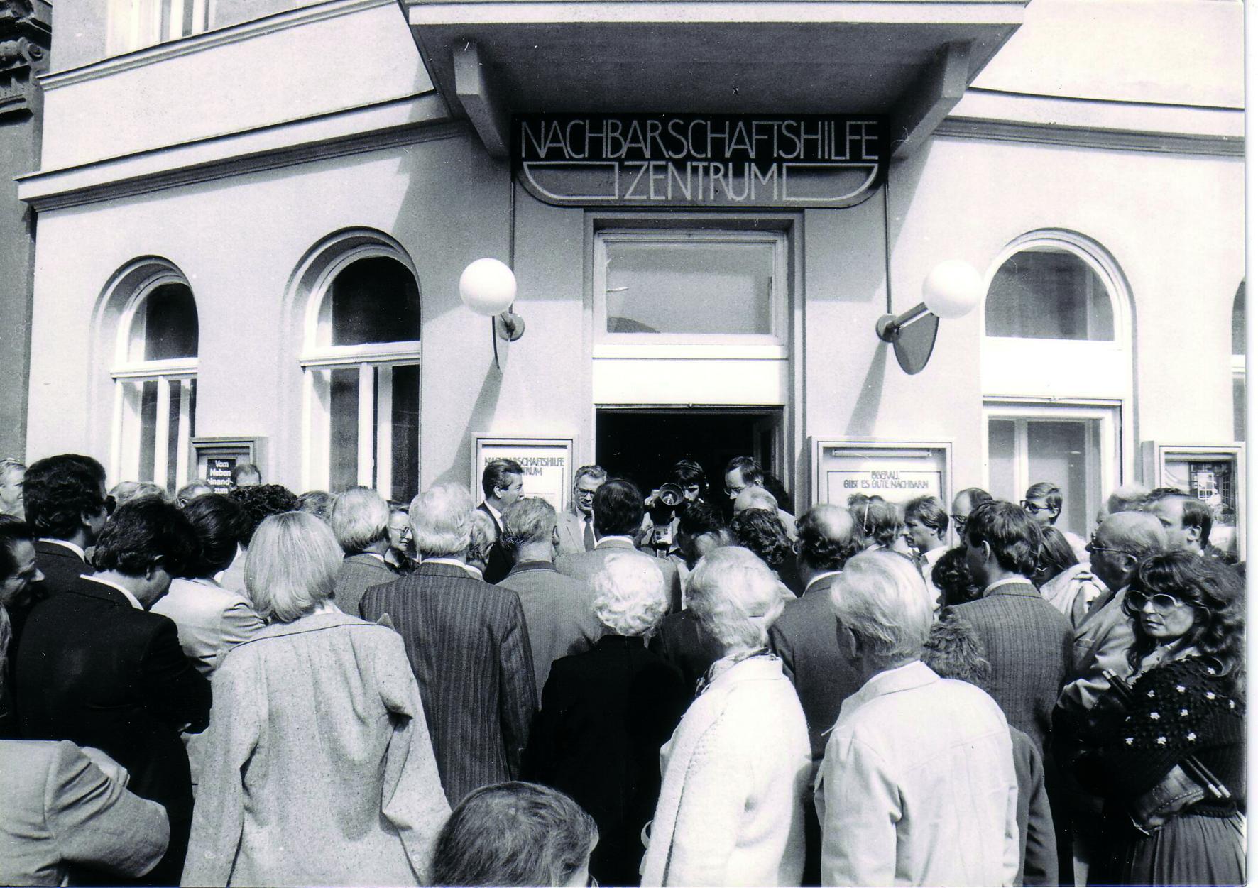 Menschen versammeln sich Anfang der 80er-Jahre vor dem Nachbarschaftszentrum 15