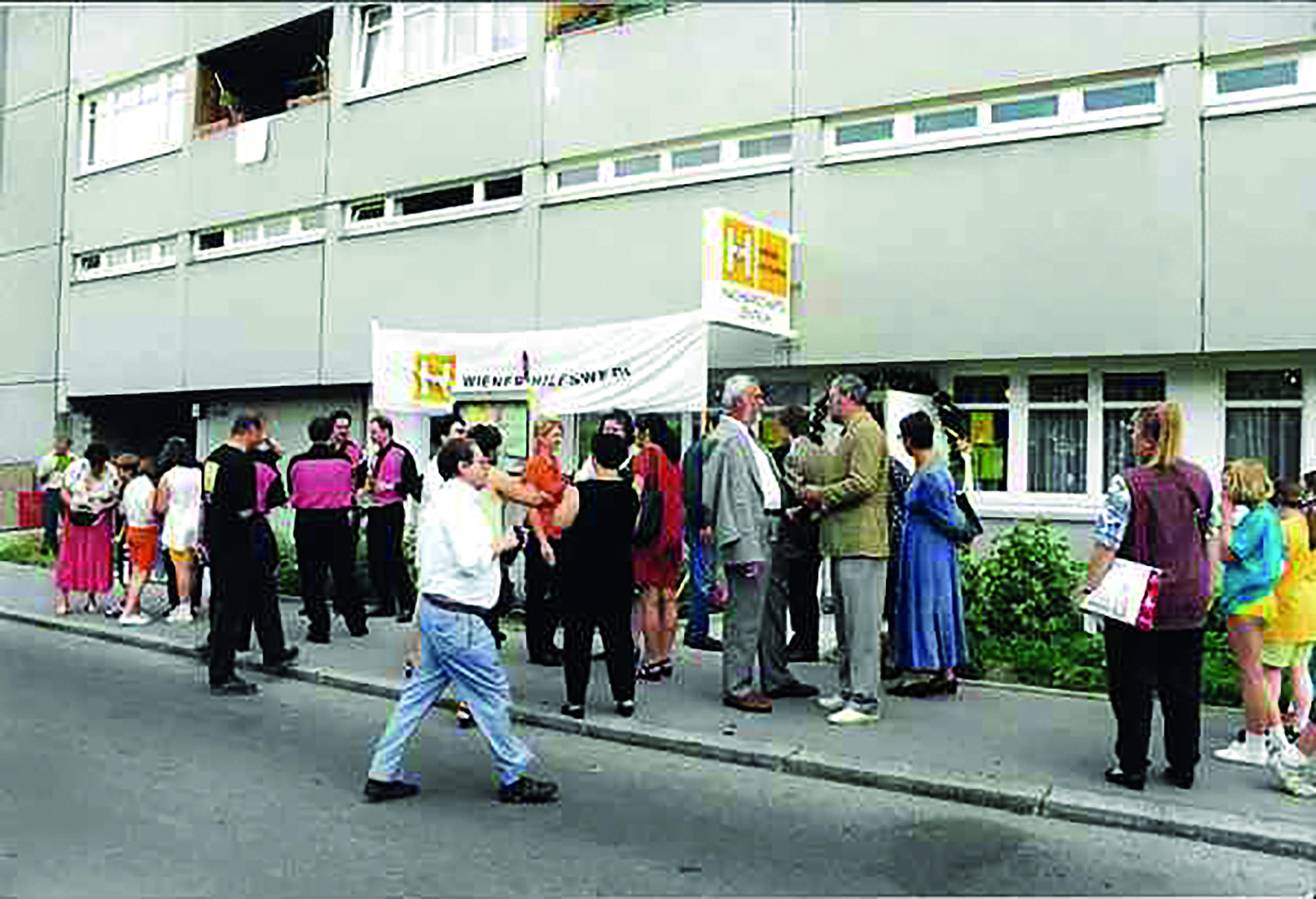 Menschen feiern die Eröffnung des Nachbarschaftszentrums 22