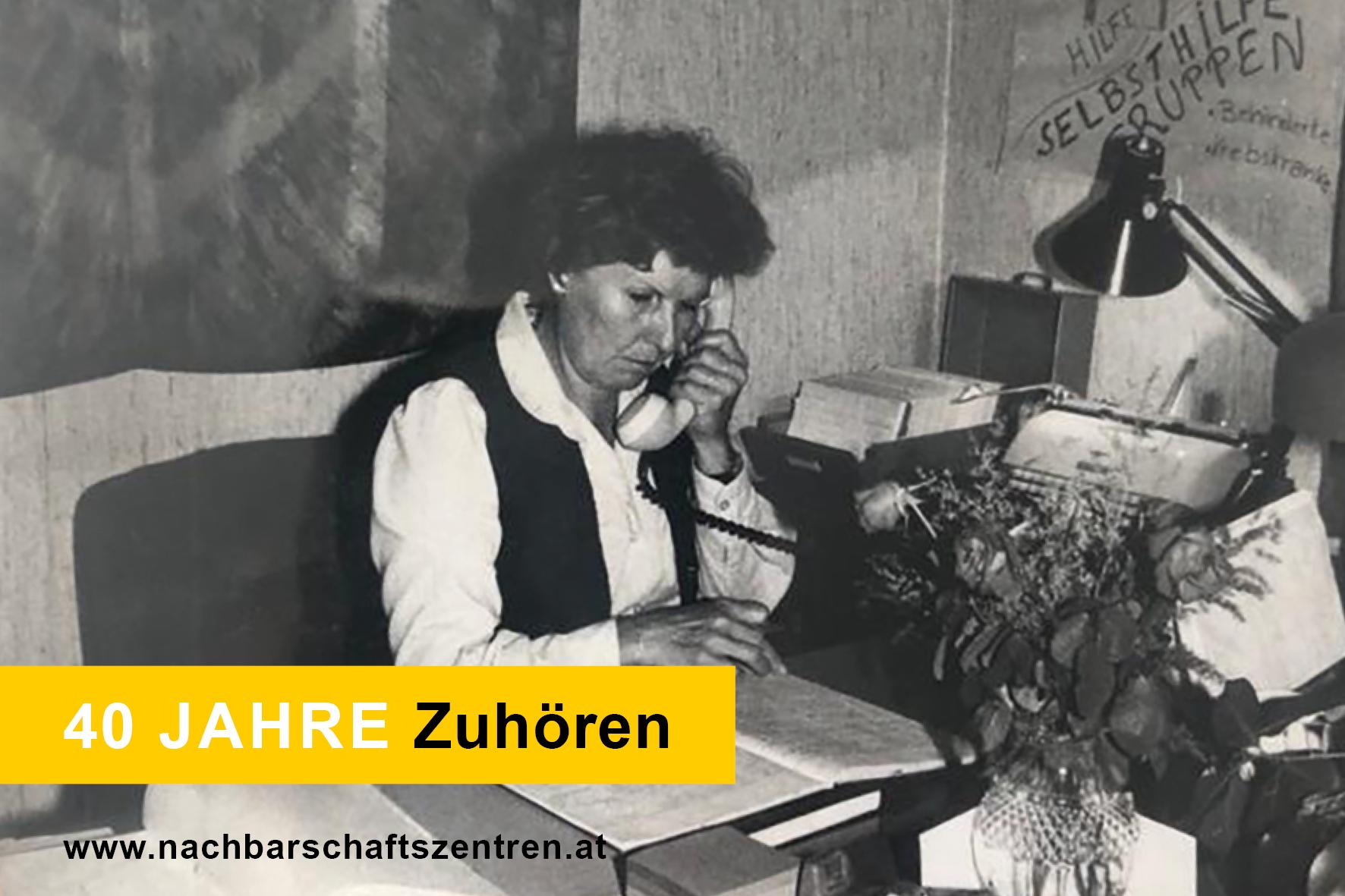 Eine Frau sitzt konzentriert am Telefon und führt ein GEspräch