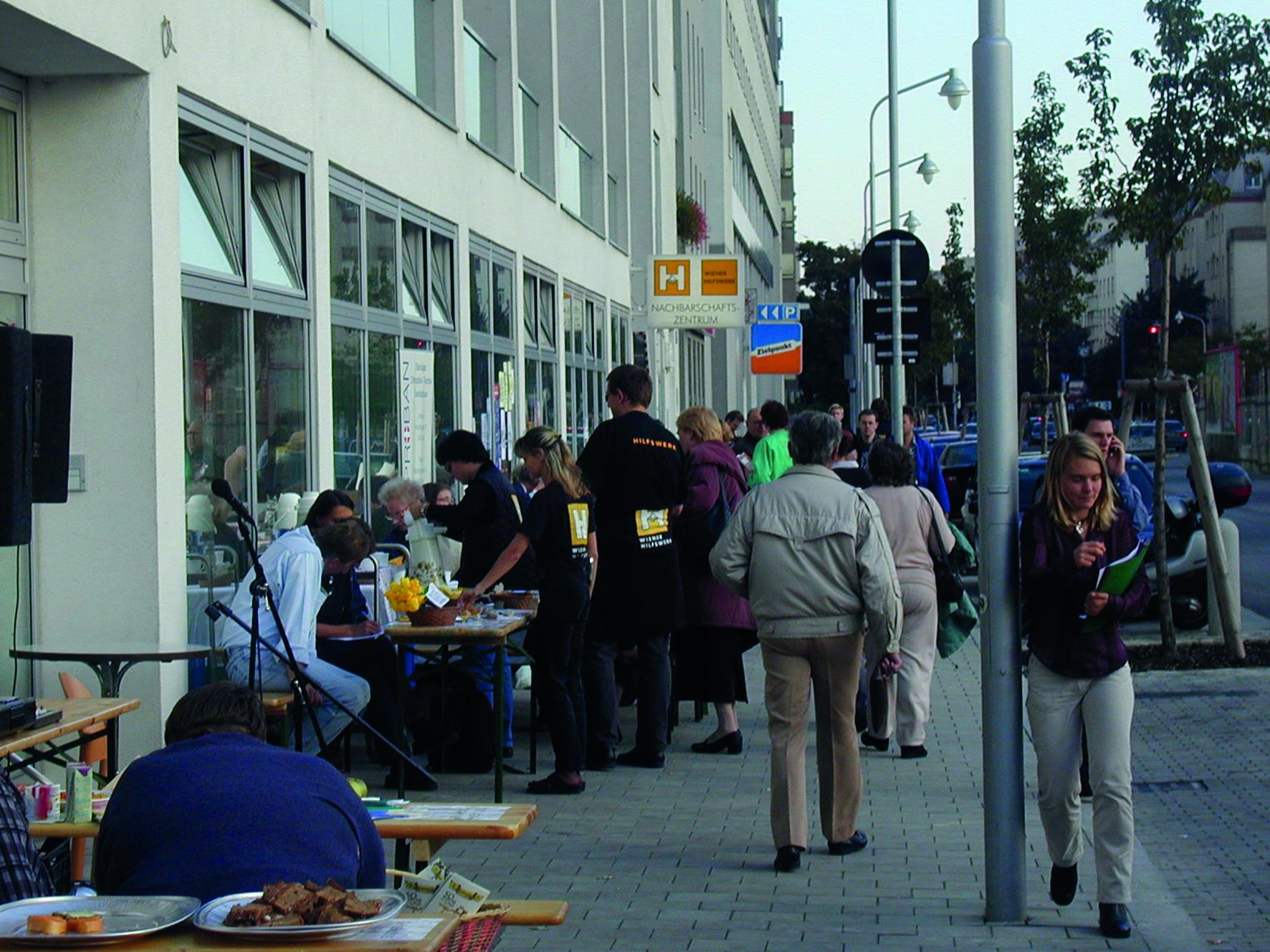 Menschen feiern die Eröffnung des Nachbarschaftszentrums 2