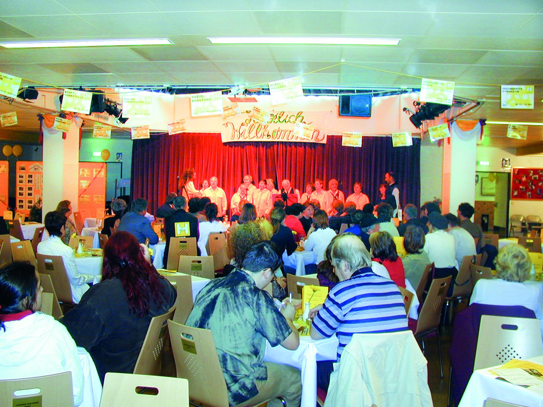 Der Wiener Hilfswerk Chor sing im Nachbarschaftszentrum 7vor Publikum
